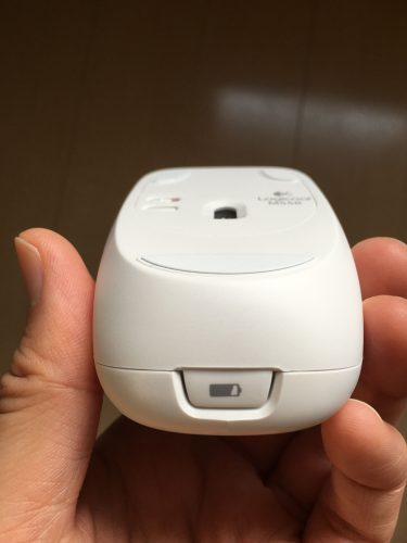 M558マウス電池の入れ方1