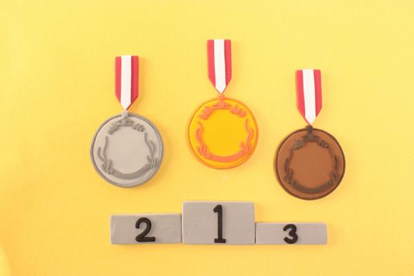 金銀銅メダルと表彰台