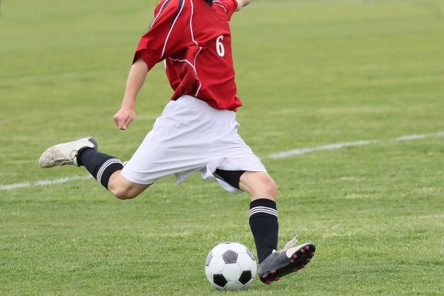 サッカーでシュートする