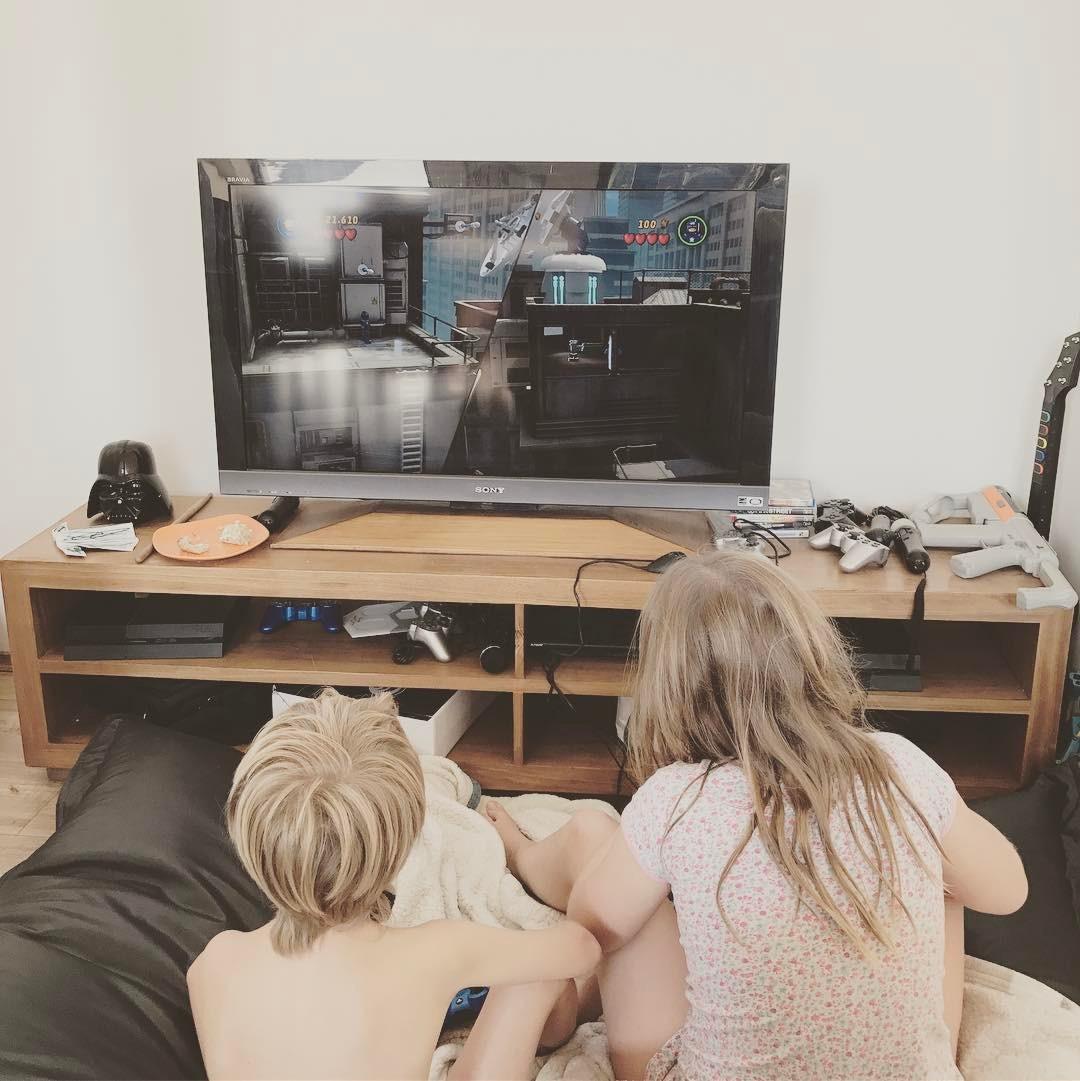 TVゲームをする子供たち